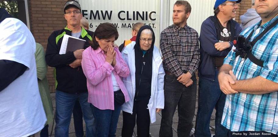 Eva-Edl-prays-EMW-abortion-clinic