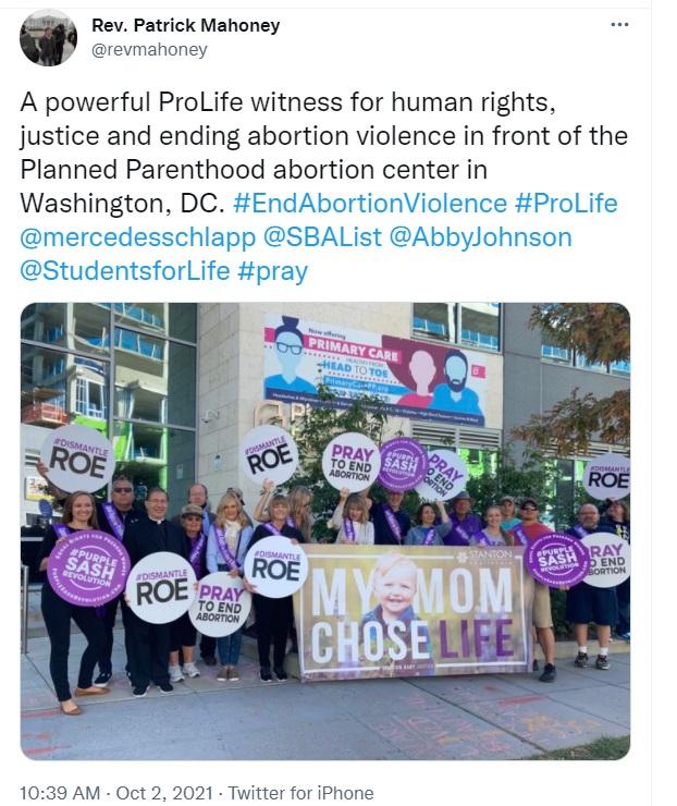 Image: Prolife witness ouside Planned Parenthood (Image: Twitter)